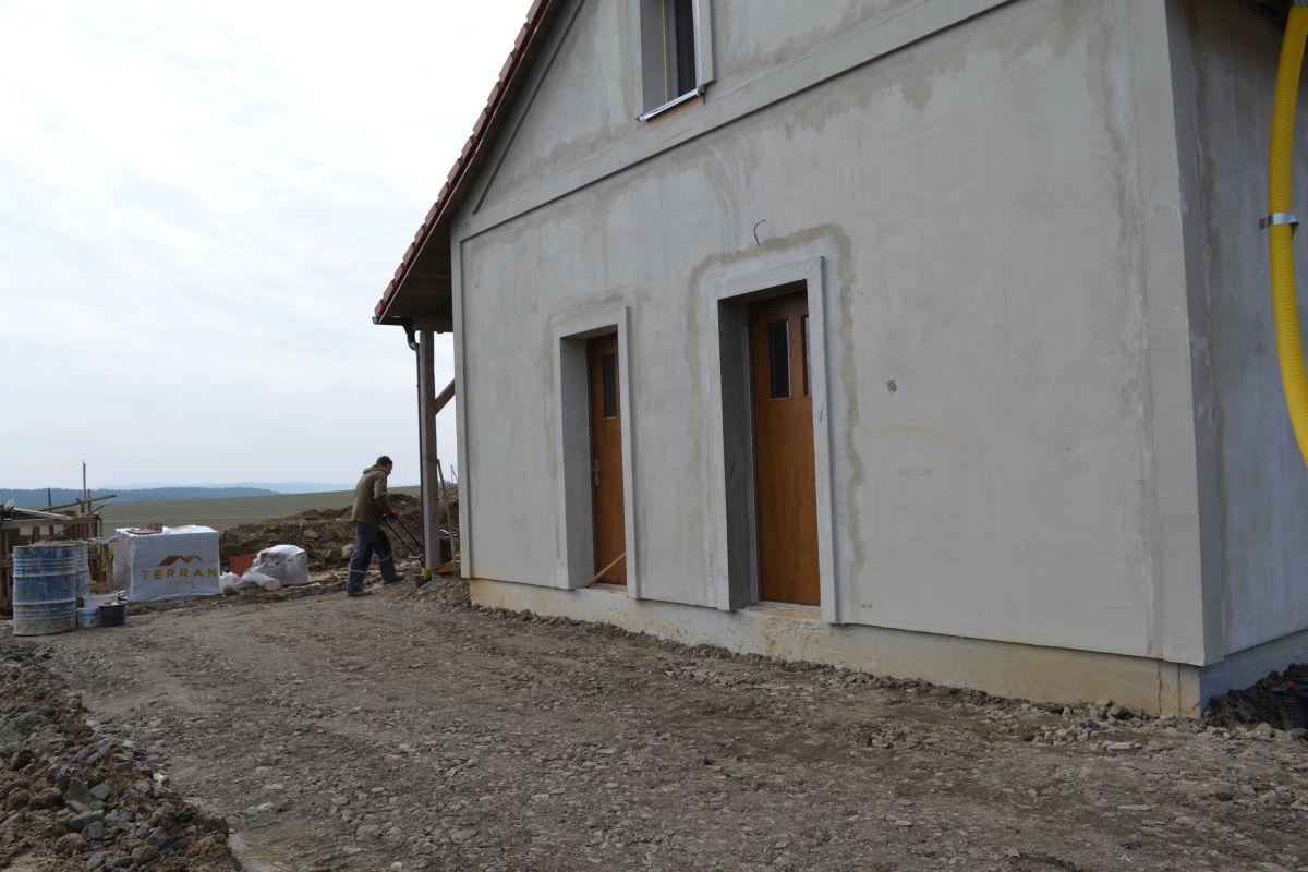 teren_pred_vchodem_hutneni