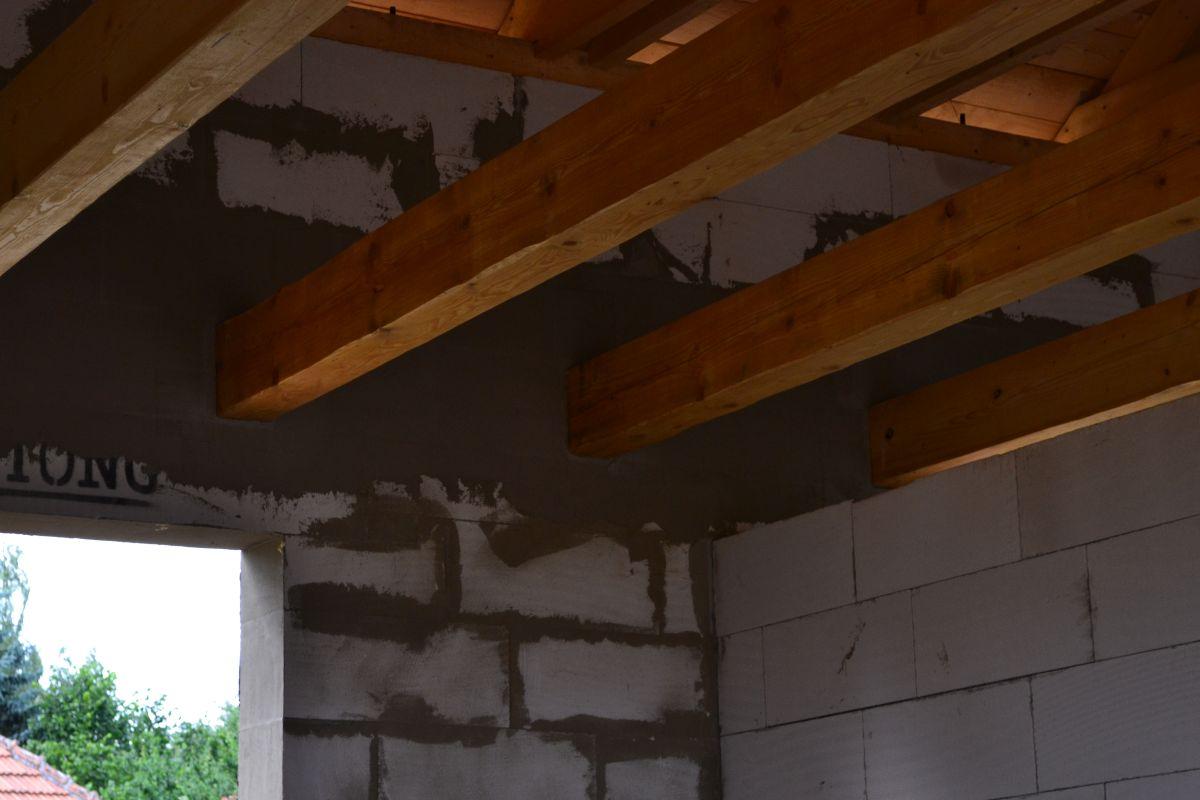 Ručně opracované stropní trámy