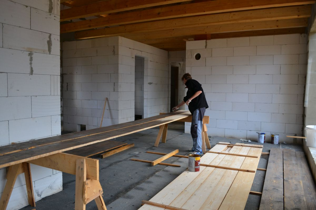 Nátěr prken přístřešku - přesahu střechy