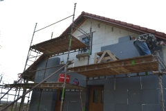 chalupa_doladeni_presahu_strechy